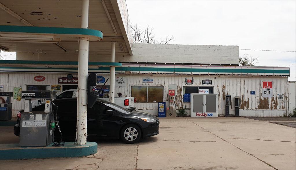 Bensa-asema, reservaatissa, autonvuokraus USA:ssa